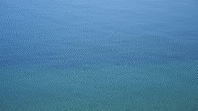 vídeos de stock e filmes b-roll de beautiful clean transparent blue water wave abstract background of baikal lake in olkhon island, irkutsk russia - irkutsk