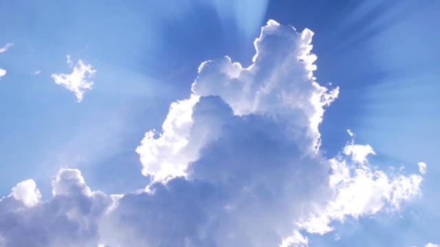 美しい雲には、太陽が覆われています。雲の周りの太陽光線。 ビデオ