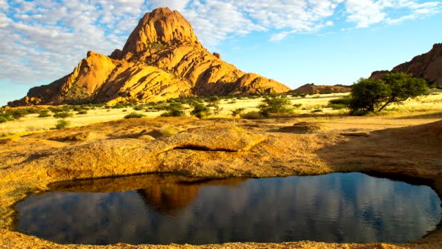 t/l ws schöne wolkengebilde über berg spitzkoppe mountain - wasserloch stock-videos und b-roll-filmmaterial