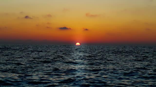 vídeos de stock e filmes b-roll de bela paisagem com nuvens sobre o mar, pôr do sol - linha do horizonte sobre água
