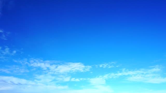 美しいカラフルな澄んだ青い空、夏のシーズンの雲 - ふわふわ点の映像素材/bロール