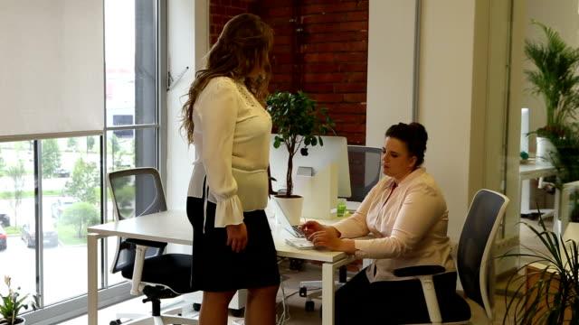 schöne kurvenreiche weibliche modelle als business-frauen arbeiten im büro - unterordnung stock-videos und b-roll-filmmaterial
