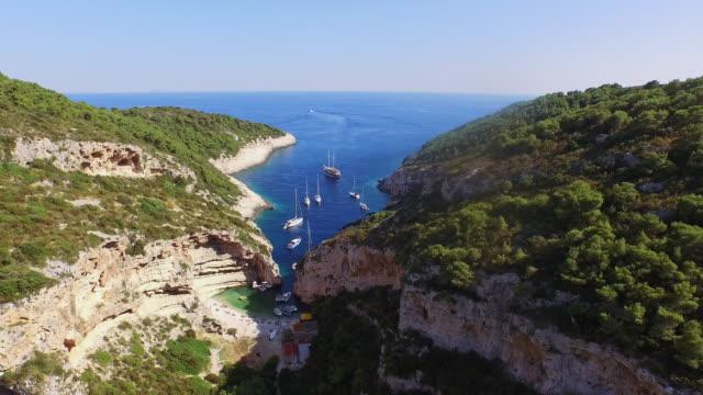вид красивый dalmatian bay stiniva на остров вис - хорватия стоковые видео и кадры b-roll