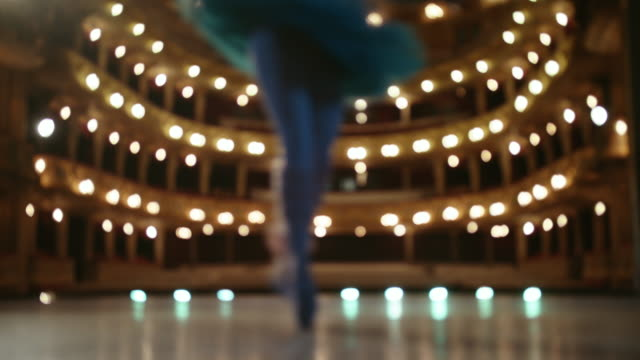美しい踊り。ステージ上のバレエダンサー。 - バレエ点の映像素材/bロール