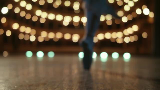 vídeos de stock, filmes e b-roll de bela dança. dançarino de bailado no estágio. - arte, cultura e espetáculo