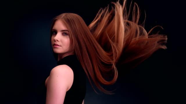 長い髪を投げダーク ブロンド美人 ビデオ