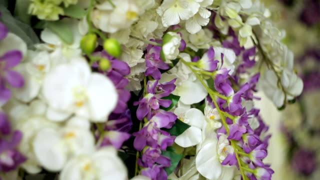 vidéos et rushes de beau décor de fleurs pour le close-up de cérémonie de mariage - composition florale