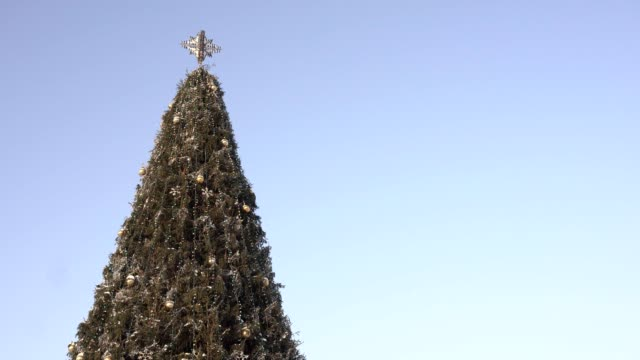 青空の背景に美しい装飾クリスマスツリー。テキストの配置を指定します。新年とクリスマス、コピースペース - 十二月点の映像素材/bロール