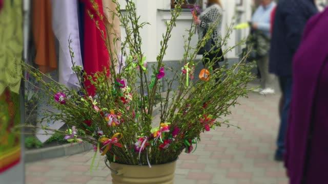 vidéos et rushes de belles branches décorées de saule de chatte le dimanche des rameaux, la consécration du saule avec l'eau bénite - baptême