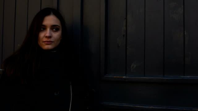 vídeos y material grabado en eventos de stock de hermosa chica decepcionada esperando fuera para novio que es tarde para la fecha - human trafficking