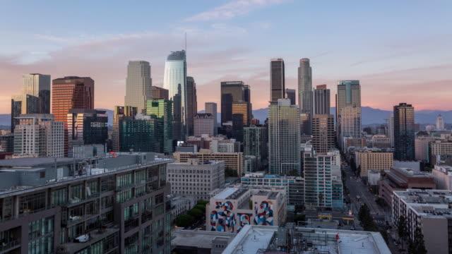 vackra downtown los angeles dag till natt sunset antenn timelapse - hollywood sign bildbanksvideor och videomaterial från bakom kulisserna