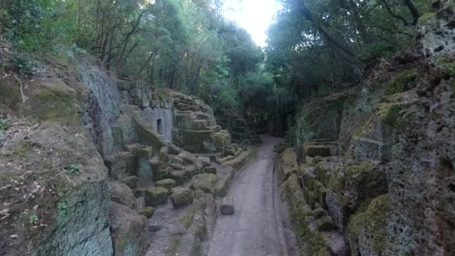 vackra drone skjuten av gamla begravningsplatsen etruskiska gravar av cerveteri, rom italien - ljus på grav bildbanksvideor och videomaterial från bakom kulisserna