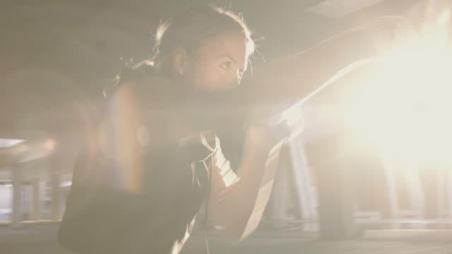 アクションで美しいエネルギッシュな女性トレーニングボックス - デイフェンス点の映像素材/bロール