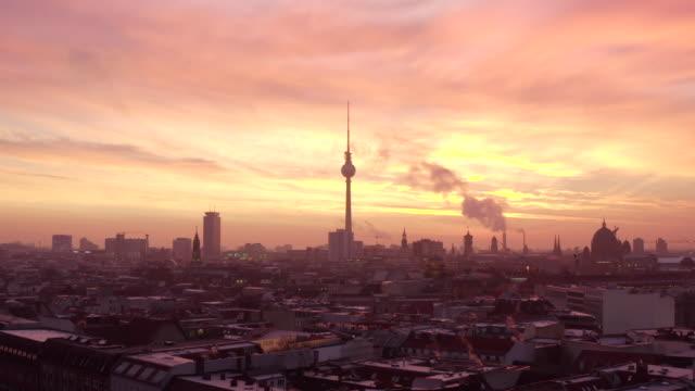 vídeos y material grabado en eventos de stock de aerial: hermoso otoño / invierno mañana amanecer sobre berlín tv tower alex / alexanderplatz con con humo en los tejados con la luz azul naranja naranja (invierno, gran ciudad) 4k - berlín