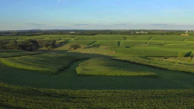 stockvideo's en b-roll-footage met mooie landbouwbedrijf luchtdrone die van gebieden in iowa kansas midwest wordt ontsproten - geologie