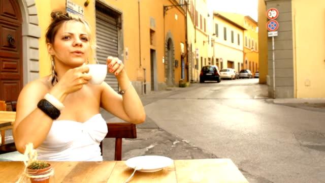 piękne moda kobieta pije kawę w kawiarni na świeżym powietrzu włoski - espresso filmów i materiałów b-roll