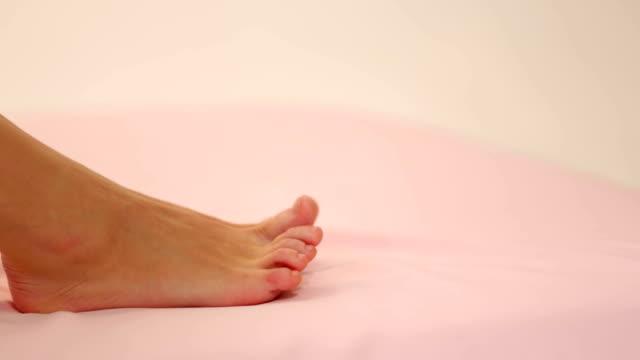 bellissimi piedi - dito del piede video stock e b–roll