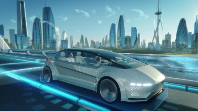 美しい女性とシニアの男性は、ドライバーレス自律走行車で会話をしています。未来的な自動運転バンは、ガラスの超高層ビルと近代的な都市の公道で移動しています。 - 車点の映像素材/bロール