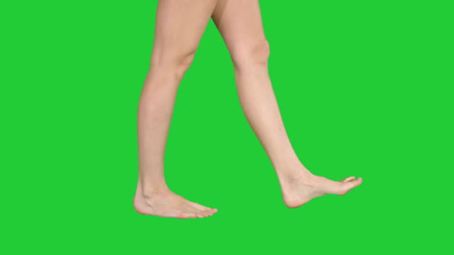 vídeos de stock e filmes b-roll de beautiful female barefoot walk on a green screen, chroma key - descalço