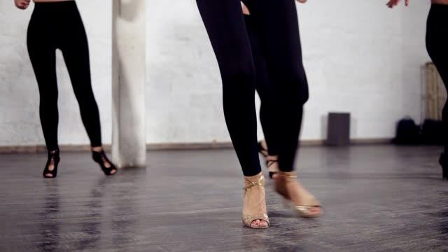 schöne weibliche beine im ballsaal schuhe tanzen bachata grundschritte. - mittelstufenlehrer stock-videos und b-roll-filmmaterial