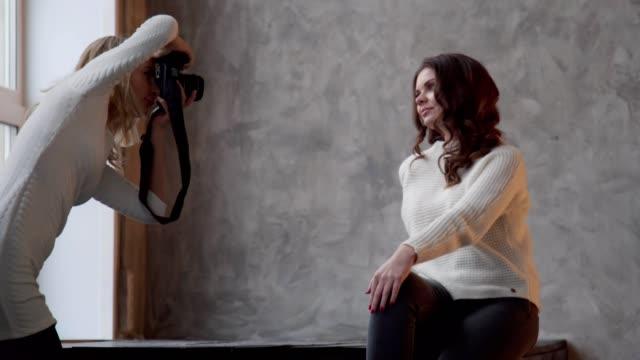 schöne weibliche model posiert im fotostudio, fotograf unter bild - trefferversuch stock-videos und b-roll-filmmaterial