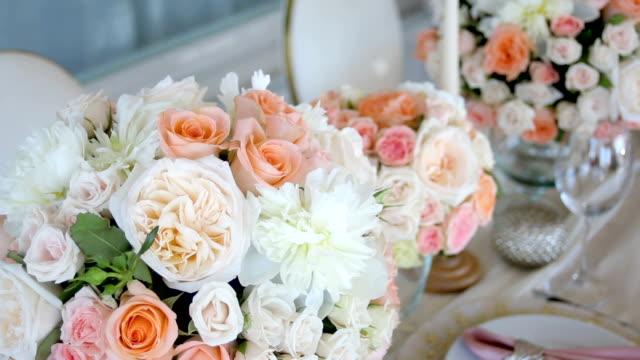 vidéos et rushes de décoration de table festive belle - composition florale