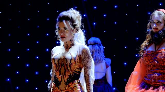 stockvideo's en b-roll-footage met prachtige vuur meisje zingen lied op het podium in theater - vetschmink