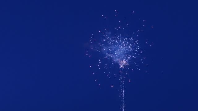 Schönes Feuerwerk auf einem Hintergrund von blauer Himmel – Video