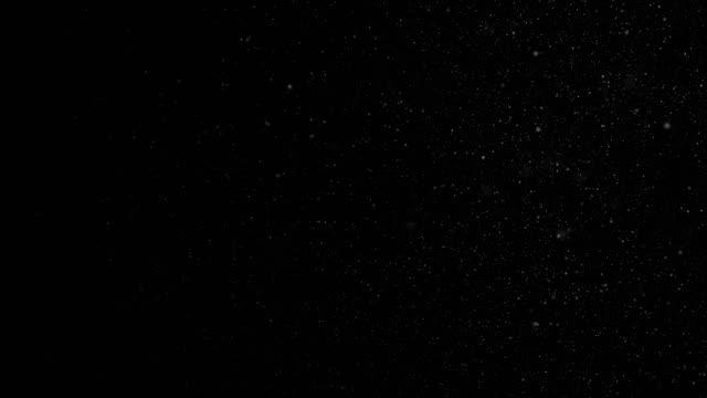 vídeos de stock, filmes e b-roll de bela flutuante de partículas de poeira orgânica sobre fundo preto em câmera lenta. em loop de animação 3d de partículas de vento dinâmico no ar com o bokeh. - partícula