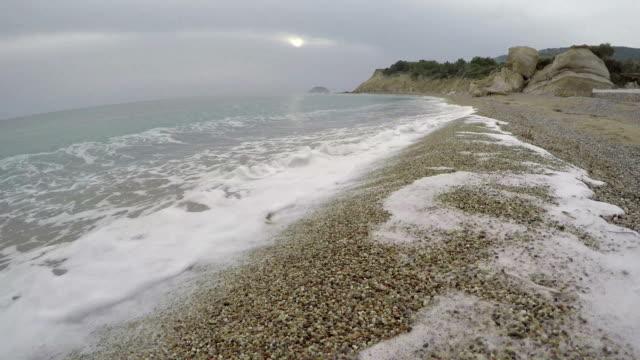 bellissimo fourni spiaggia di sera vicino monolithos, isola di rodi - isole egee video stock e b–roll