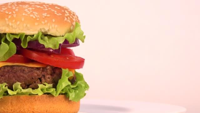 아름 다운 신선한 햄버거 턴테이블에 회전 - burger and chicken 스톡 비디오 및 b-롤 화면