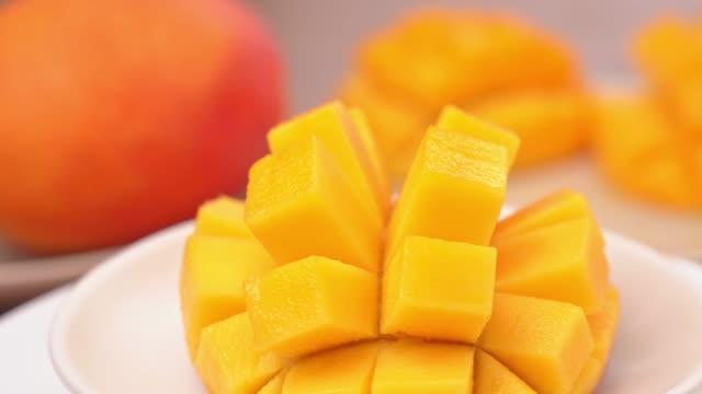 vídeos y material grabado en eventos de stock de hermoso mango picado fresco, mostrando en un plato blanco giratorio. - cortar en trozos preparar comida