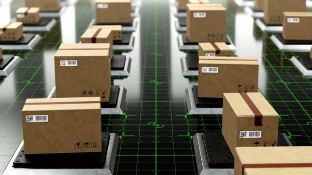 Schöne futuristische Hi-Tech-Lager mit Kartons auf Aufzügen nahtlos. Looped 3d Animation von automatisierten Parzellen auf digitaler Boden, QR-Codes. Lager- und Logistikkonzept. – Video
