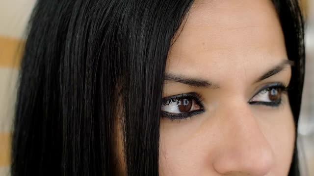 vídeos y material grabado en eventos de stock de hermosa vista :  morena lindo mujer mira;  pensativo, ideas pensamientos - ojo morado