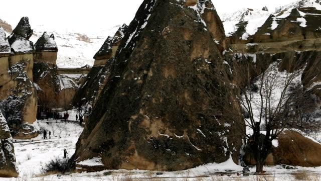 kapadokya'da güzel jeolojik oluşumlar, kış - fallus şeklinde stok videoları ve detay görüntü çekimi