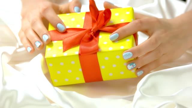 beautiful gift and female hands. - nastro per capelli video stock e b–roll