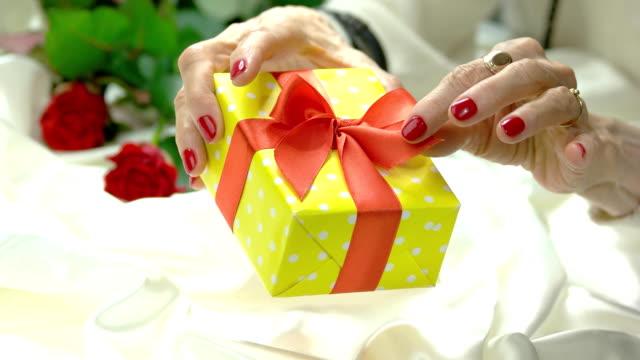beautiful gift box in manicured hands. - nastro per capelli video stock e b–roll