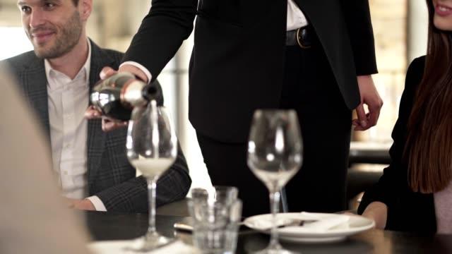 schönes mädchen trinkt sekt in einem restaurant - winzer sitzend trauben stock-videos und b-roll-filmmaterial