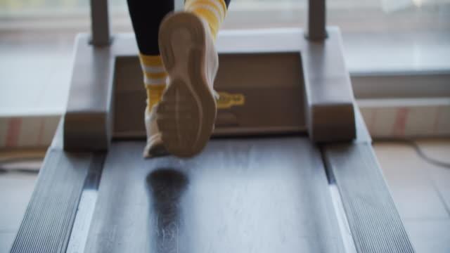 トレードミルで運動する美しい女の子 - スポーツ用品点の映像素材/bロール