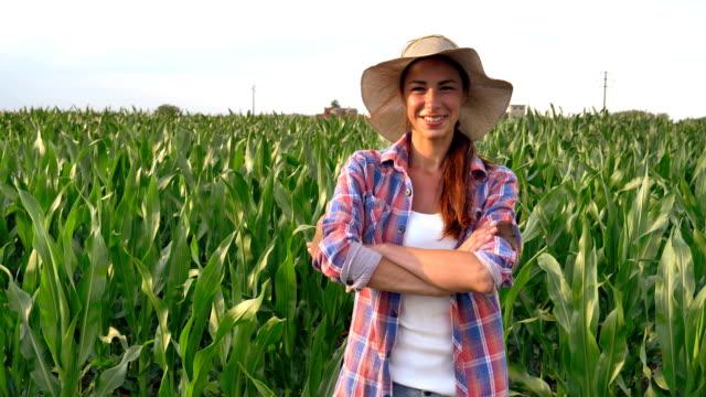 Hermosa chica (mujer) granjero de sonriendo viendo los campos de uva, sosteniendo un tablero negro, una camisa, llevaba un sombrero de paja. Concepto ecología, vino bio producto inspección agua productos naturales agricultura - vídeo