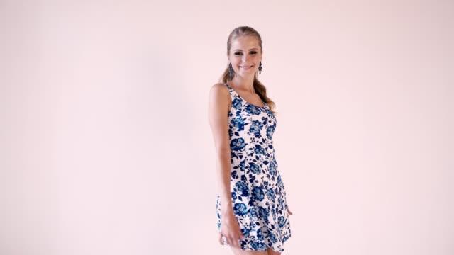 vídeos y material grabado en eventos de stock de chica hermosa en un vestido de verano en sala blanca - moda de verano