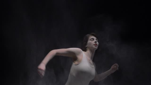 ベージュの体の美しい女の子はダストビューを投げる ビデオ