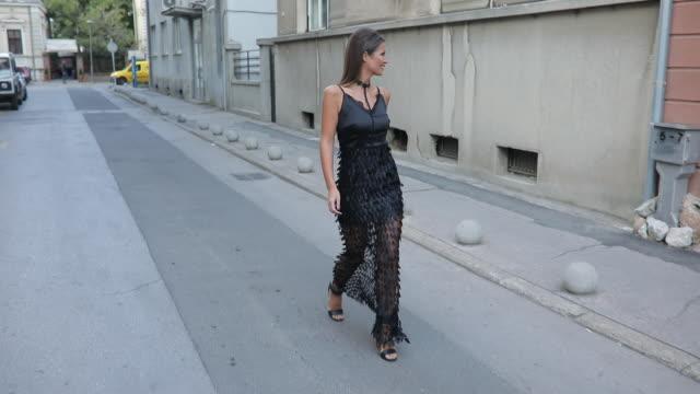 stockvideo's en b-roll-footage met mooi meisje in een zwarte jurk - street style