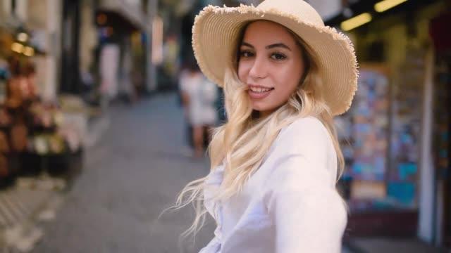 vídeos de stock e filmes b-roll de beautiful girl leads her boy friend - puxar cabelos