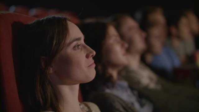 vídeos de stock, filmes e b-roll de desempenho de teatro menina bonita olhando. mulher, aplaudindo no teatro - pré estreia