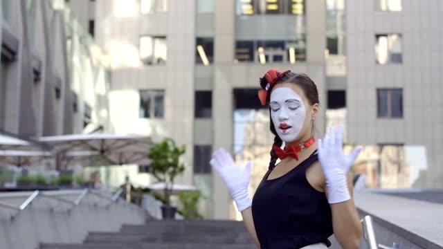 美しい少女 mime とハンサムな男 mime - グリースペイント点の映像素材/bロール
