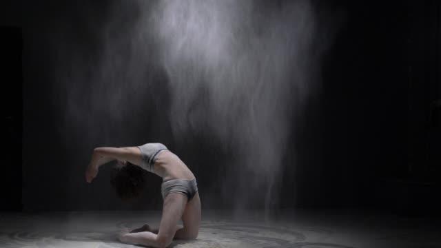 彼女の膝の上に美しい女の子は、ダストビューを投げる ビデオ