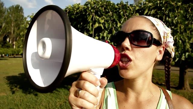 stockvideo's en b-roll-footage met beautiful girl screaming into a megaphone - aankondigingsbericht