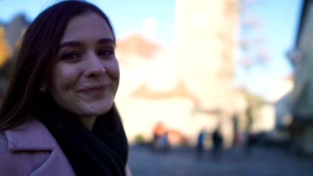 아름 다운 소녀 카메라에 미소, 도시에서 산책, 친구 pov와 함께 시간을 즐기는 - 이성 커플 스톡 비디오 및 b-롤 화면