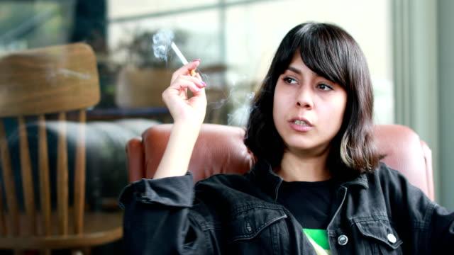 vídeos de stock e filmes b-roll de beautiful girl smonikg cigarette - criança perdida
